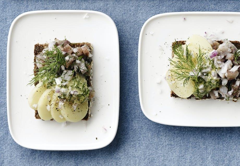 Tartar med sild, urtemayo og nye kartofler