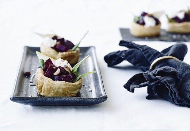 Tarteletter med gedeost og rødbede