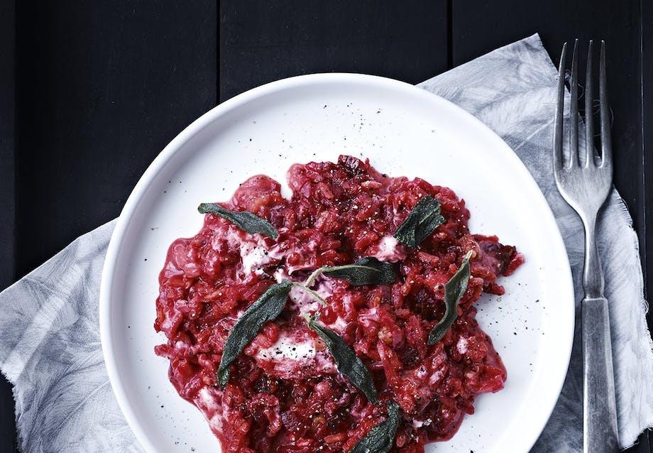 Rødbede-risotto med gedeost og friteret salvie