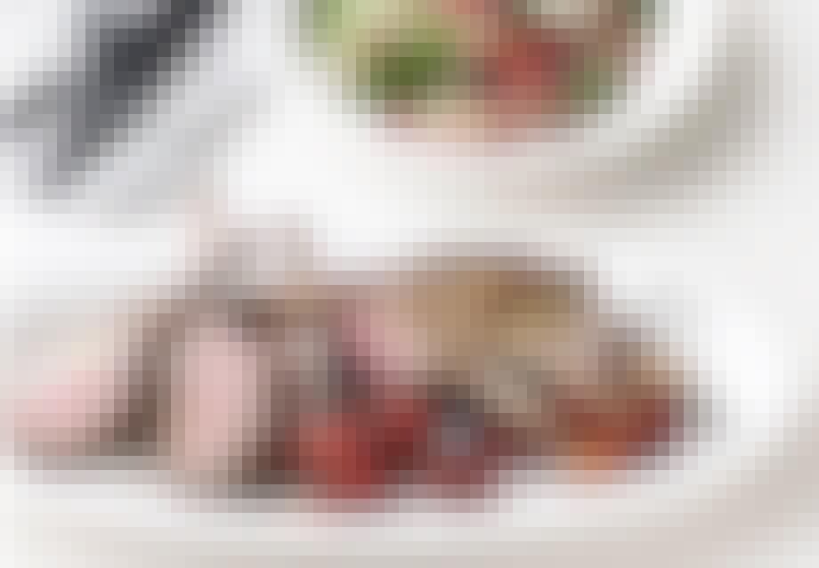Lammekrone med perlebygsalat og bagte cherrytomater