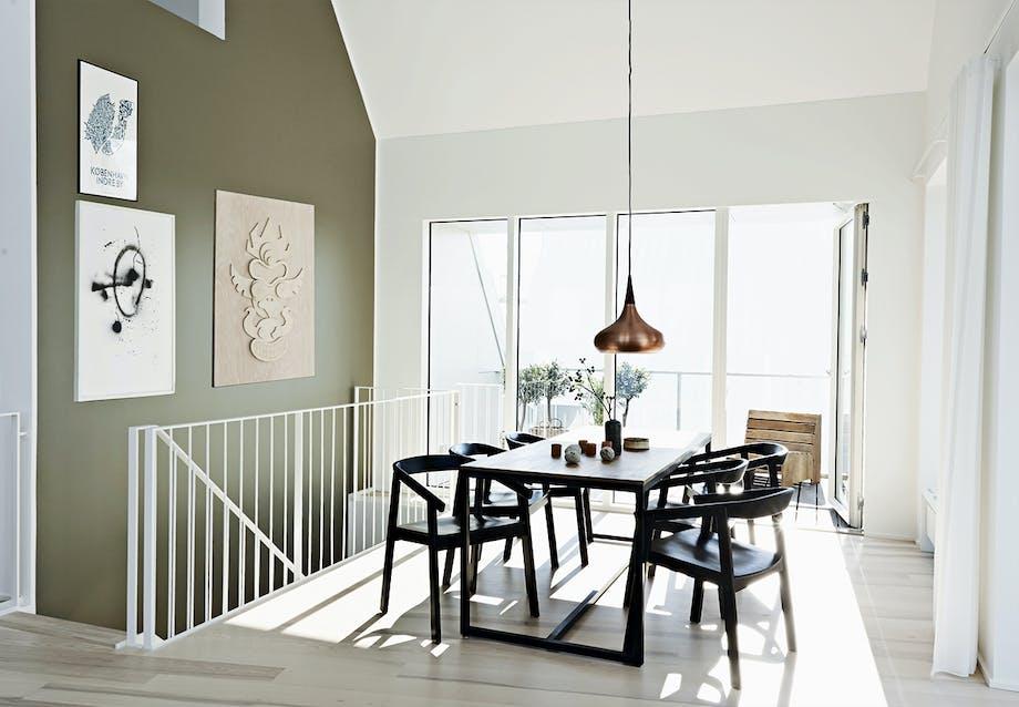 Trappe med spisebord ved Århus Ø/Århus havn.