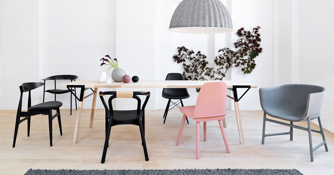 Spisebord med seks forskellige stole