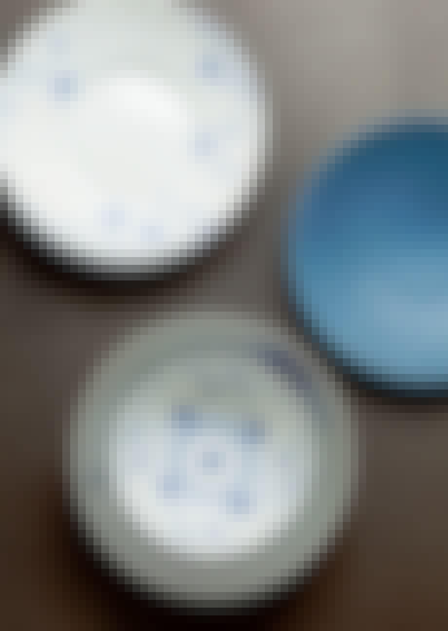 Klassisk, fint stel møder mere rå keramik