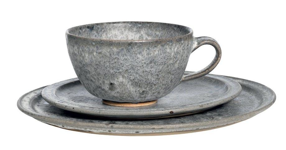 Kop og tallerkener fra stellet Grå Frost