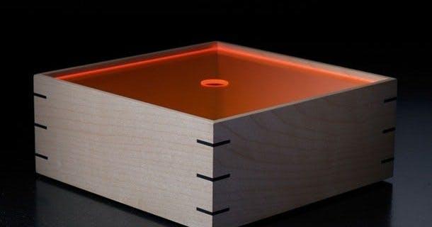 Trækasse i ahorn med låg af orange plexiglas
