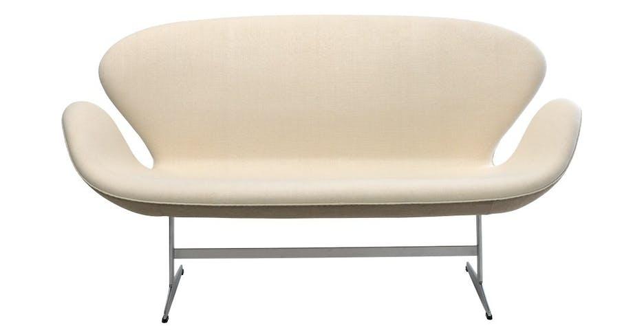 Specialudgave af Arne Jacobsens Svanesofa i hvid silke