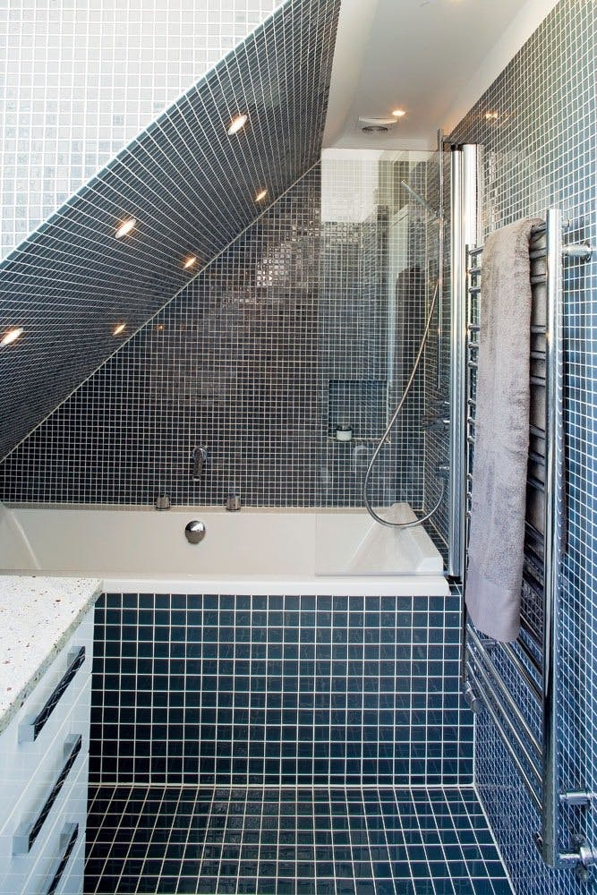 badeværelse skråvæg To små baderum under samme tag | bobedre.dk badeværelse skråvæg