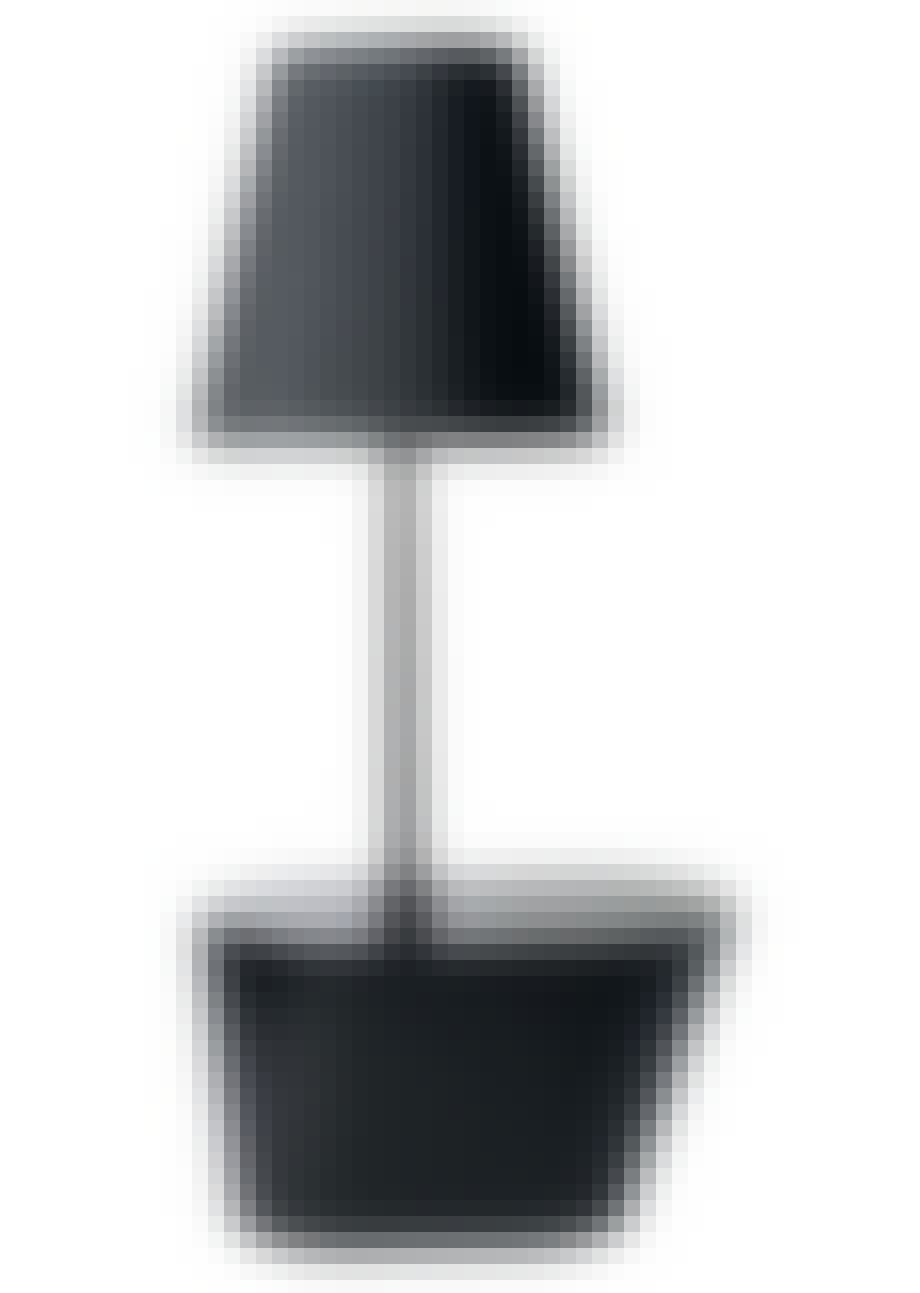 Bord og lampe ud i et