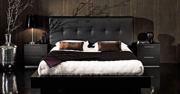 Møbler: Sortbejdset seng