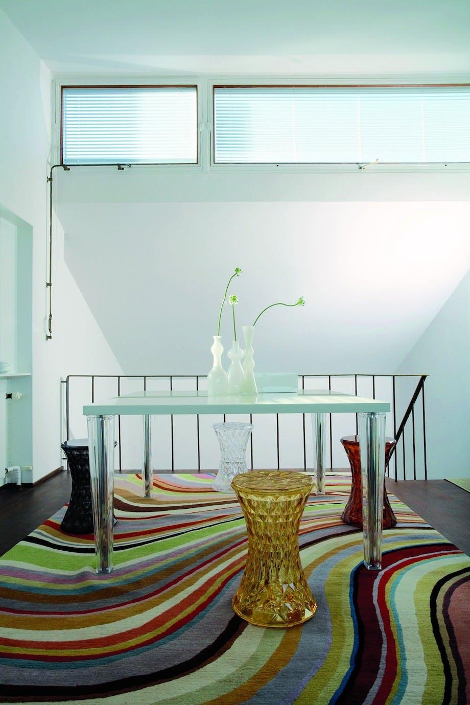 Spisebord med transparente ben