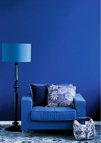 Bland blå nuancer på møbler og vægge