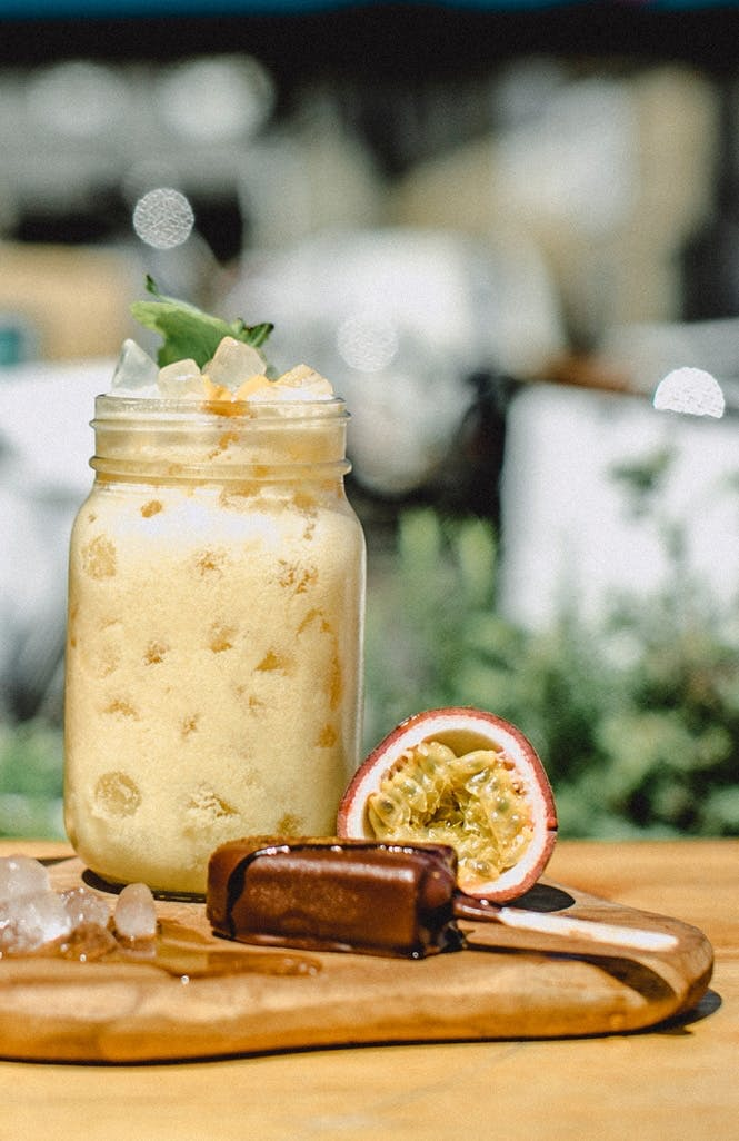 drink mason jar glas cocktail passionsfrugt whiskey