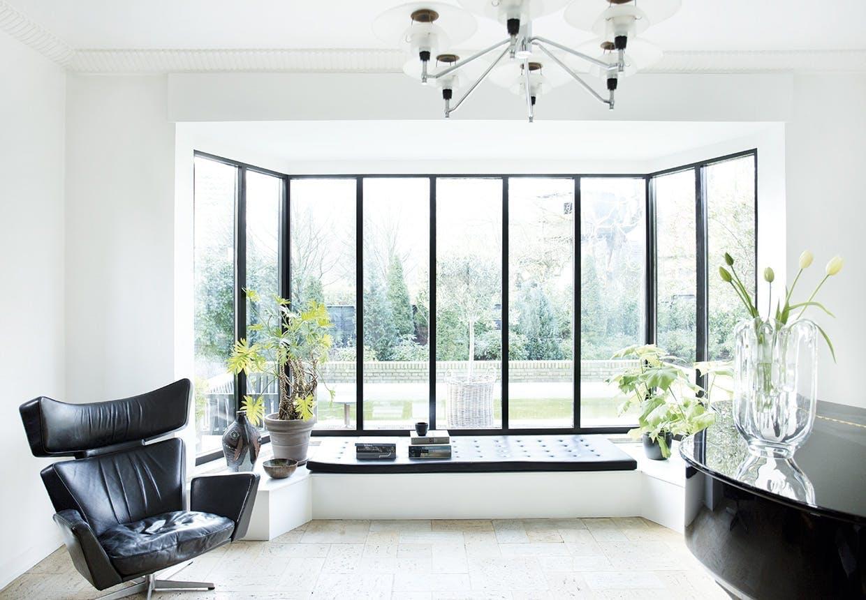 I en stue med store glaspartier – hvor stiller man tv'et?