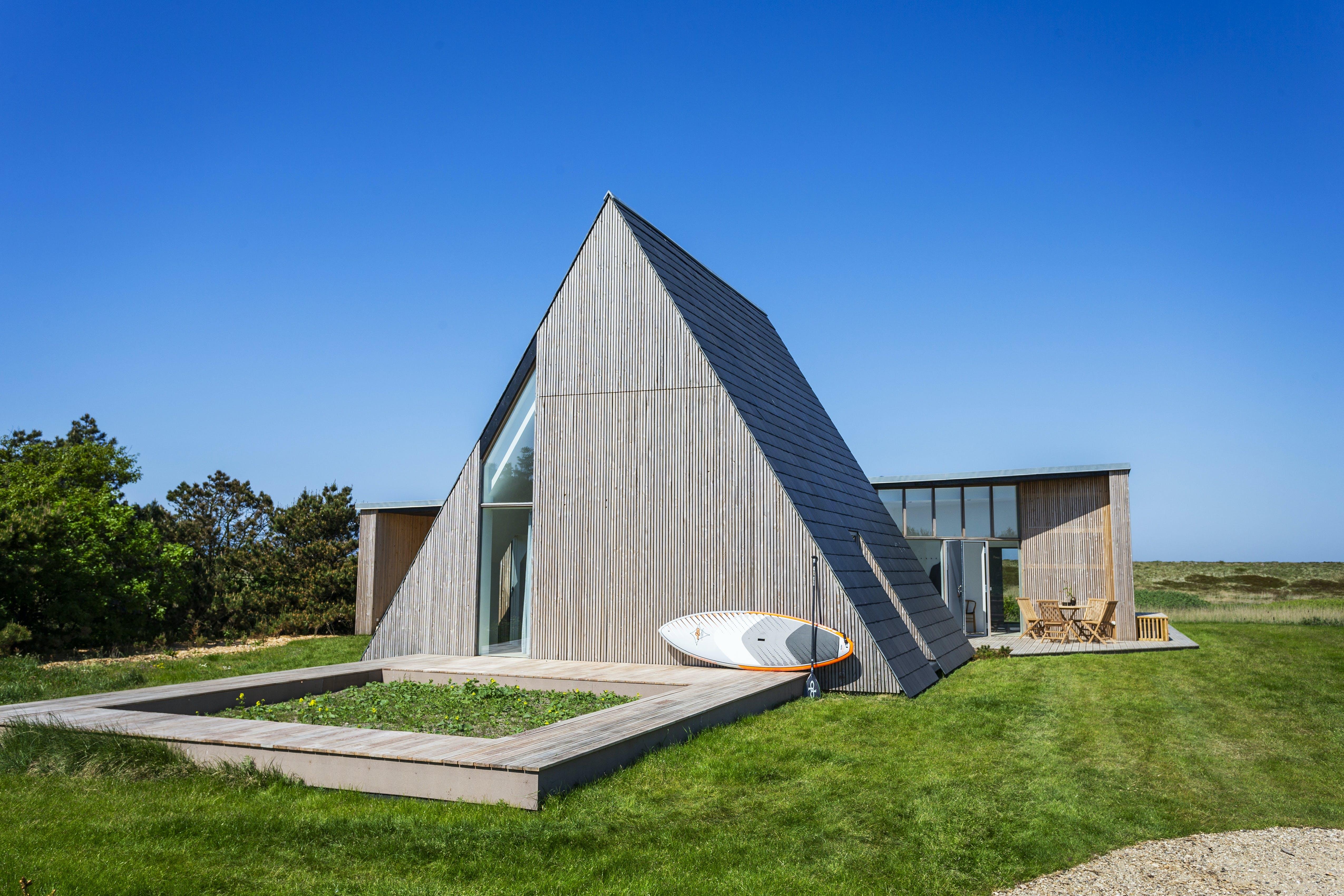 Minimalistisk og råt A-formet sommerhus