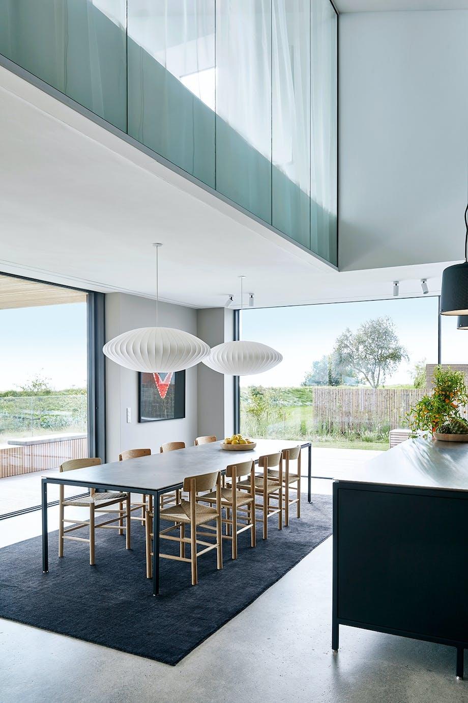 spisestue bord udsigt køkken moderne