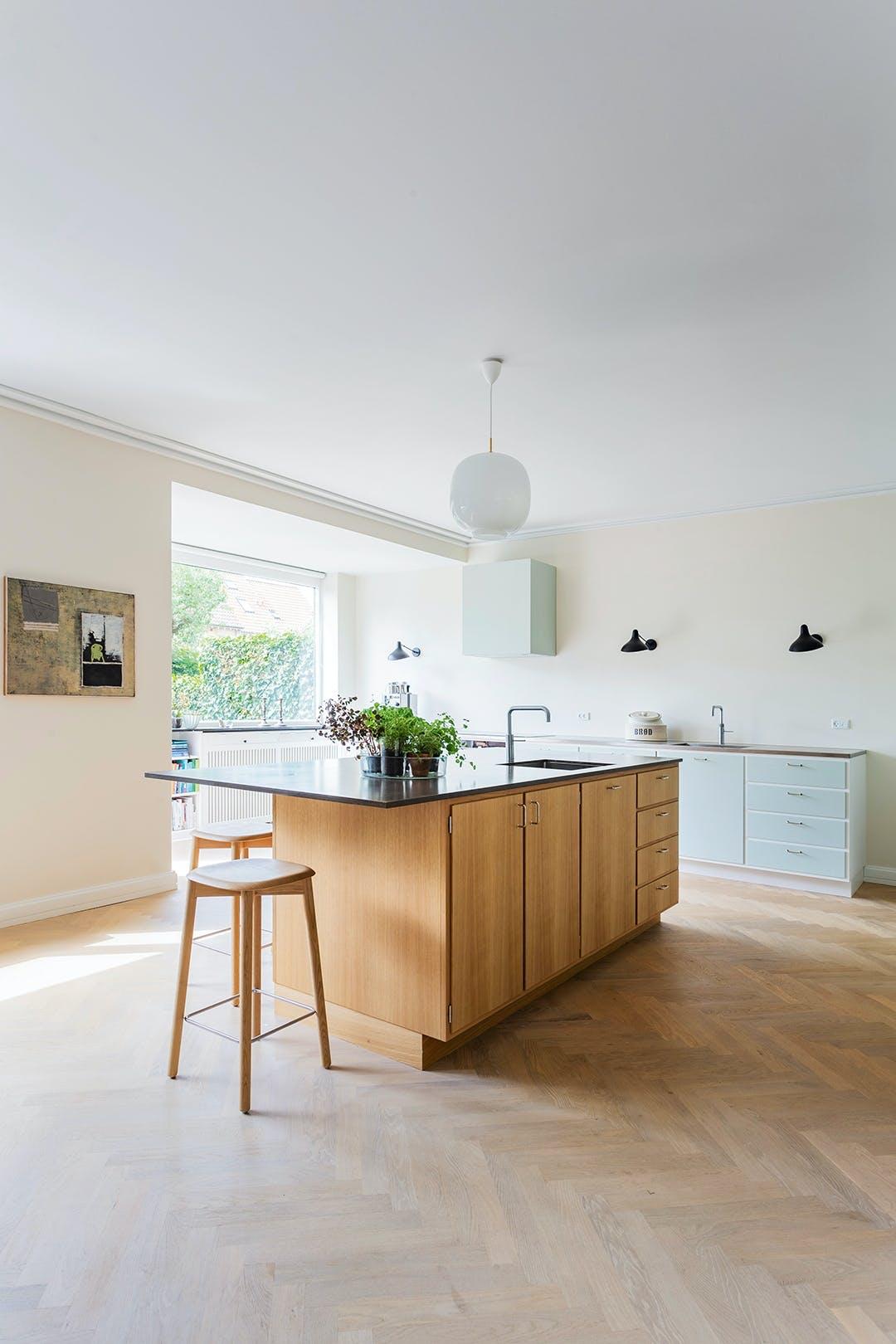 køkken åbent lyst barstol køkkenø