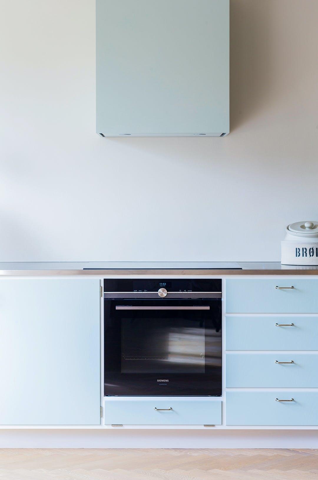 indbygget ovn emhætte køkken hvidt