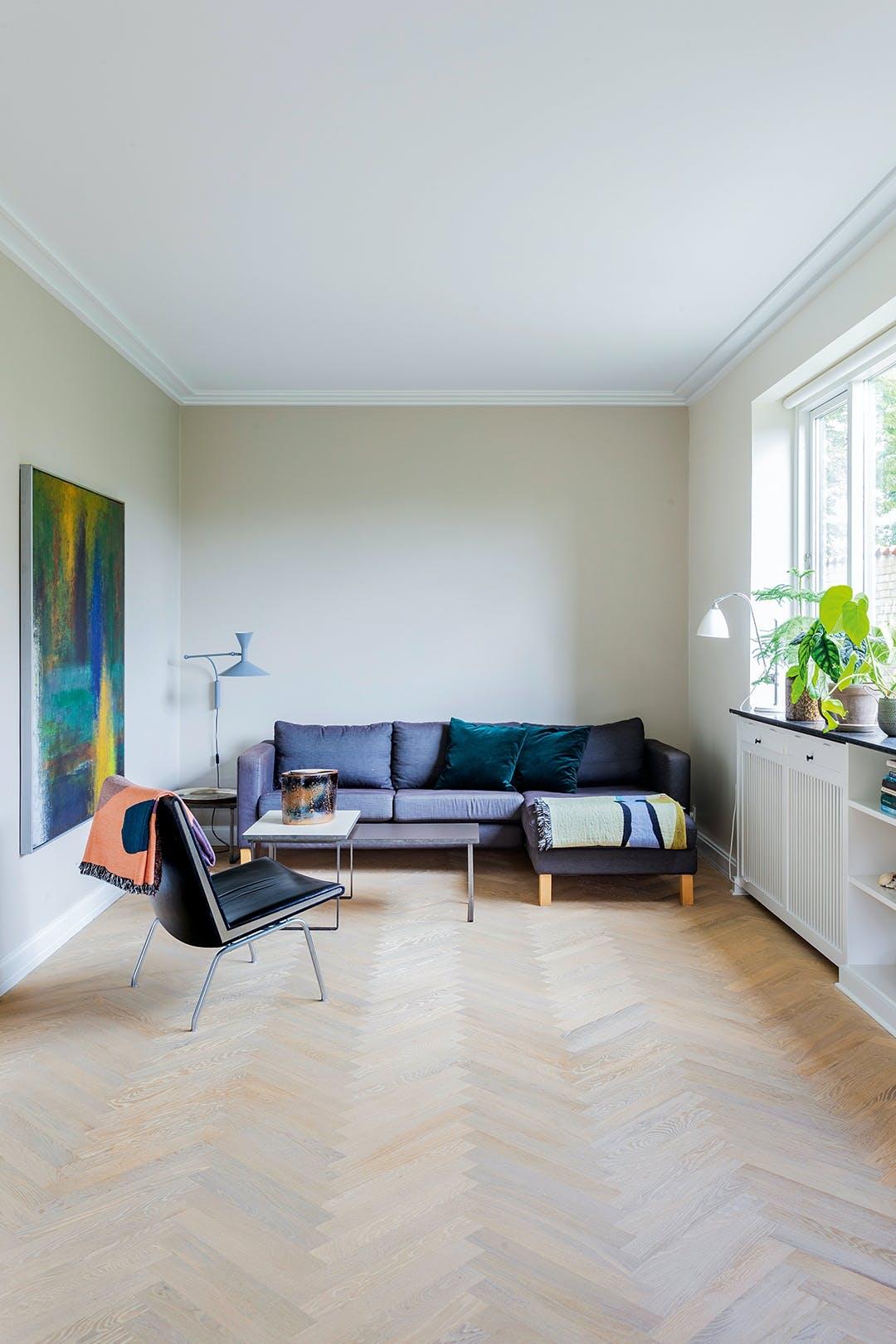 stue sofa blå trægulv