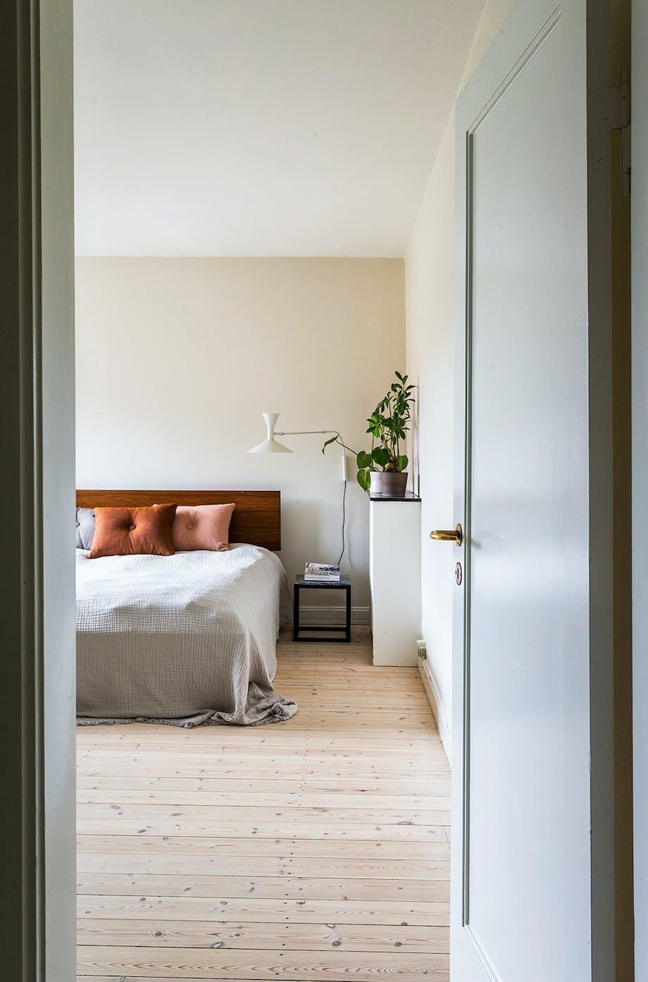 soveværelse seng puder orange kommode