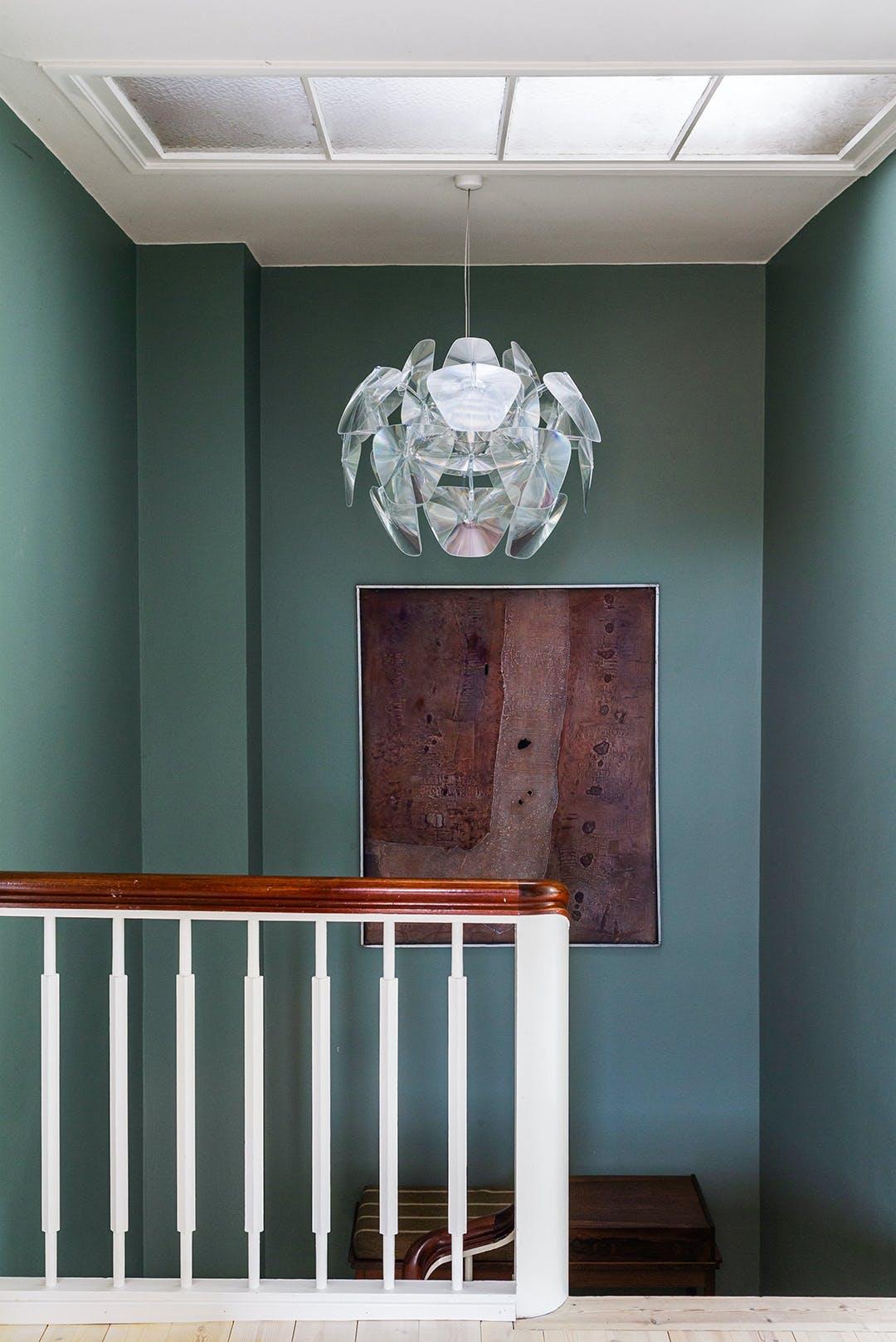 lysekrone grøn væg maleri