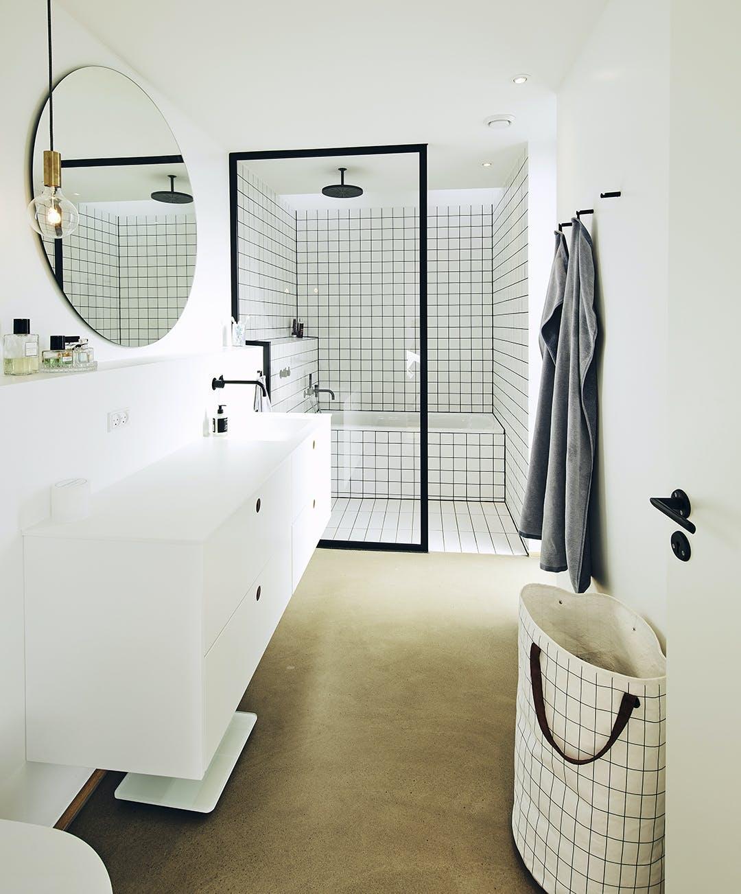 Badeværelse hvidt spejl
