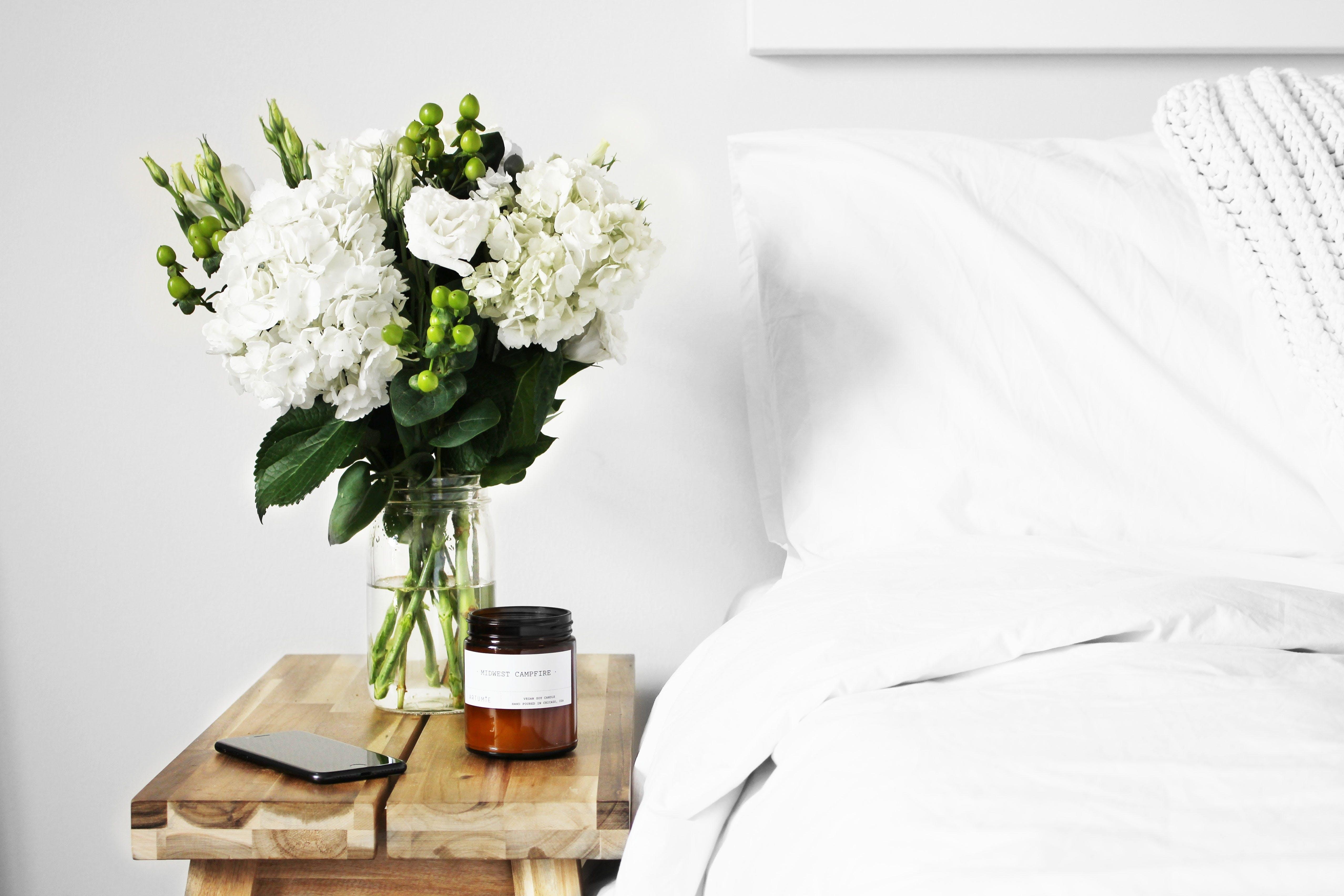 seng hvid sengetøj blomster buket sengebord