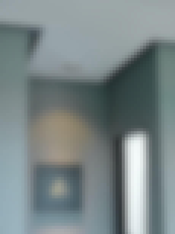 nedsunket loft gang billede grå væg