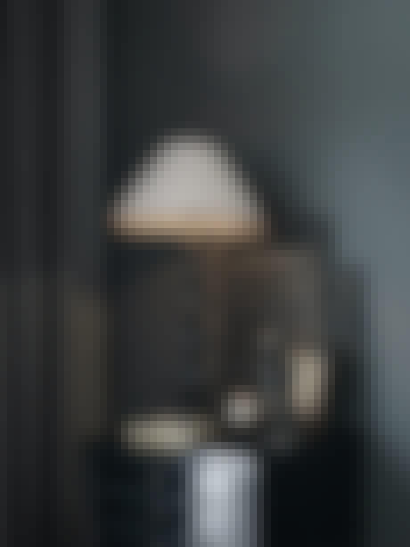 kommode bordlampe kunst figur