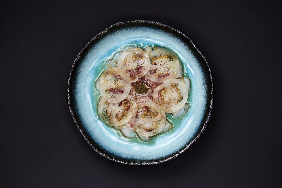 SUKAIBA Yellowtail ceviche med grøn tomat, mild soya, shiso og stærk peberrod