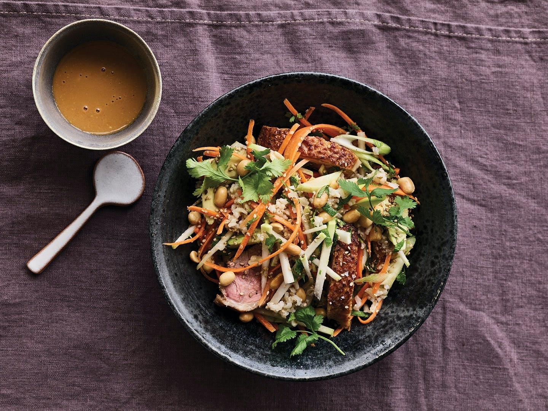 glaskål salat and peanutsauce asiatisk