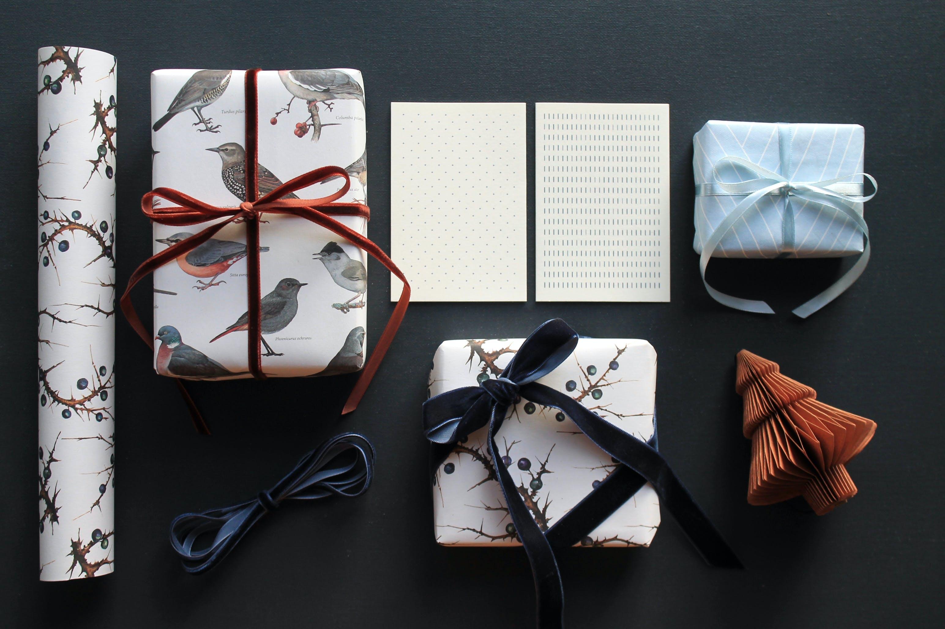 Gaveindpakning gavepapir gavebånd