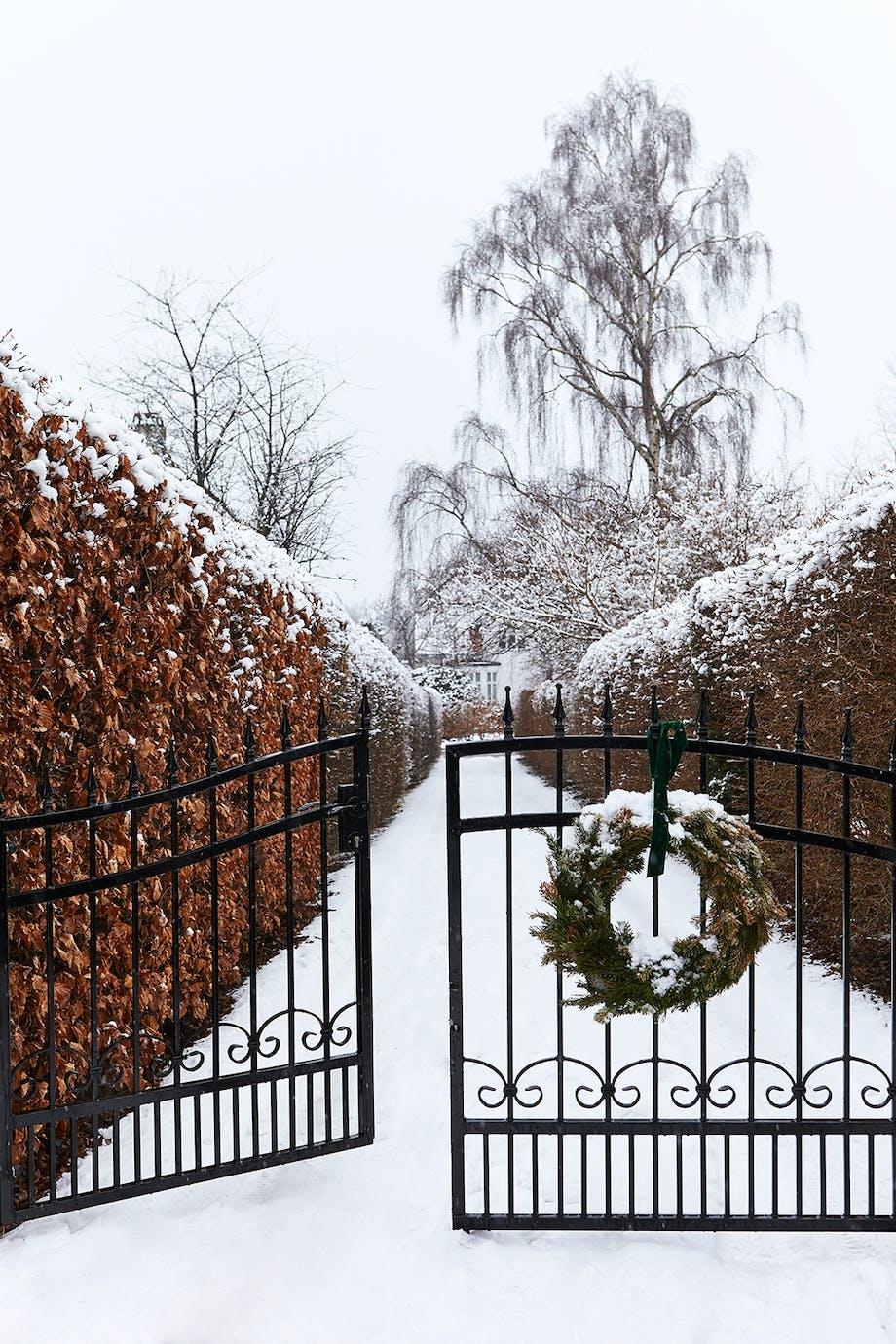 indkørsel have havelåge sne vinter jul