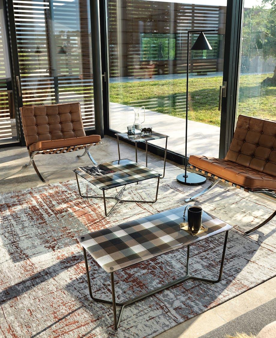 glas bord i stue med læder møbler