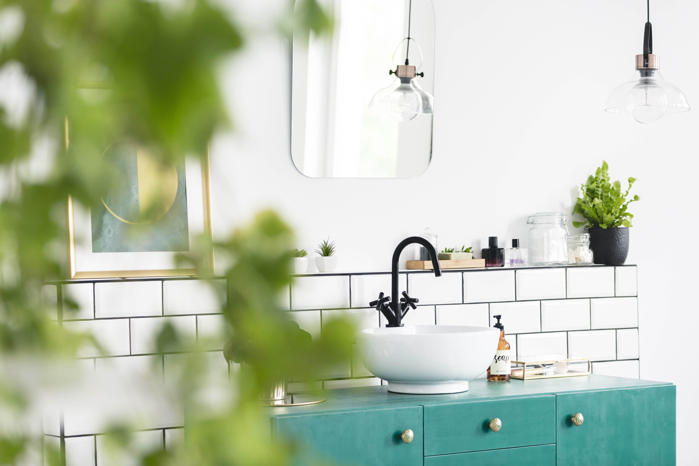 badeværelse med planter og hvide klinker