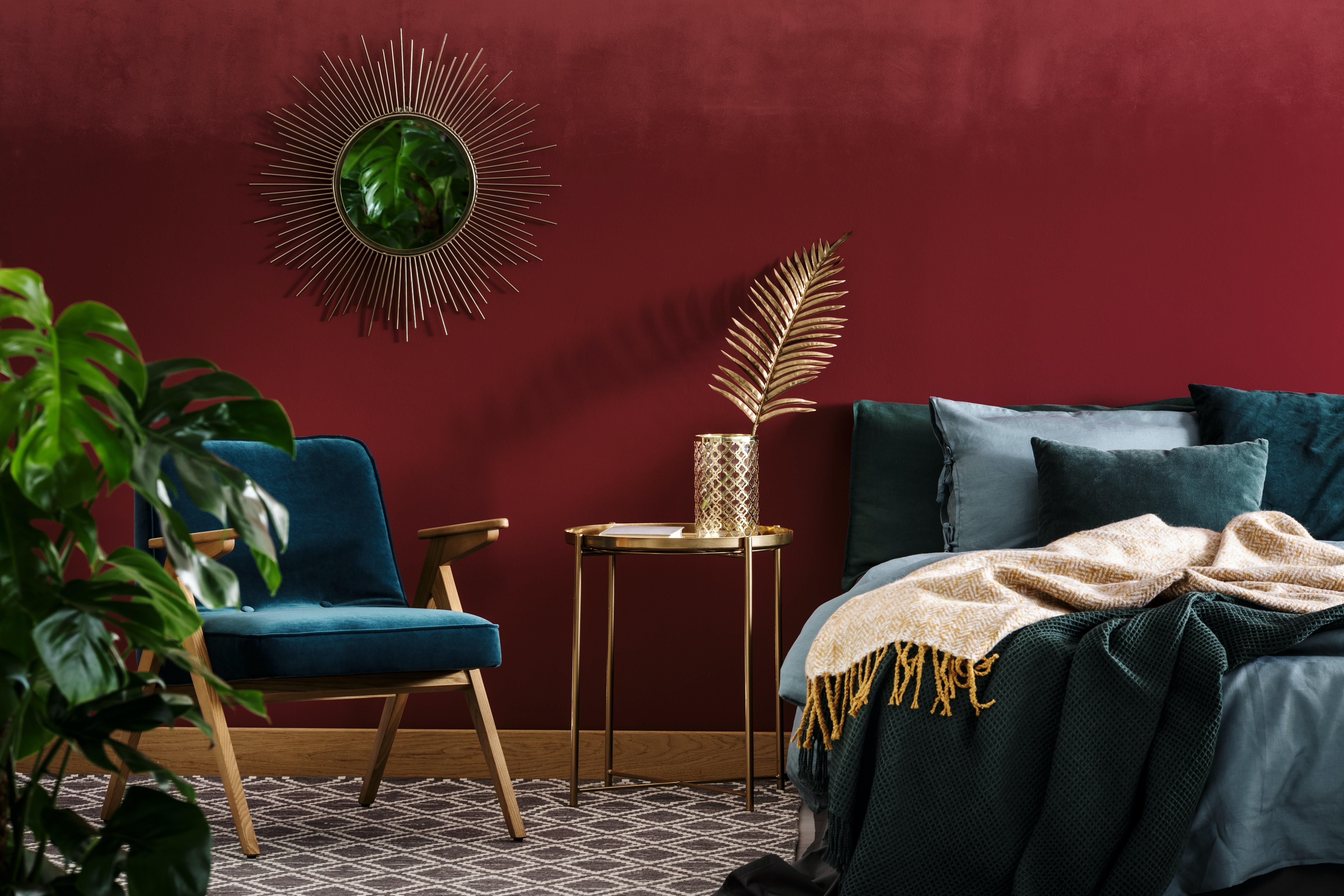 hjem stue rød væg med blå sofa