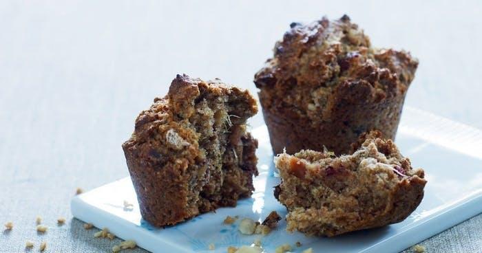 Sund muffin med dadler og ristede mandler