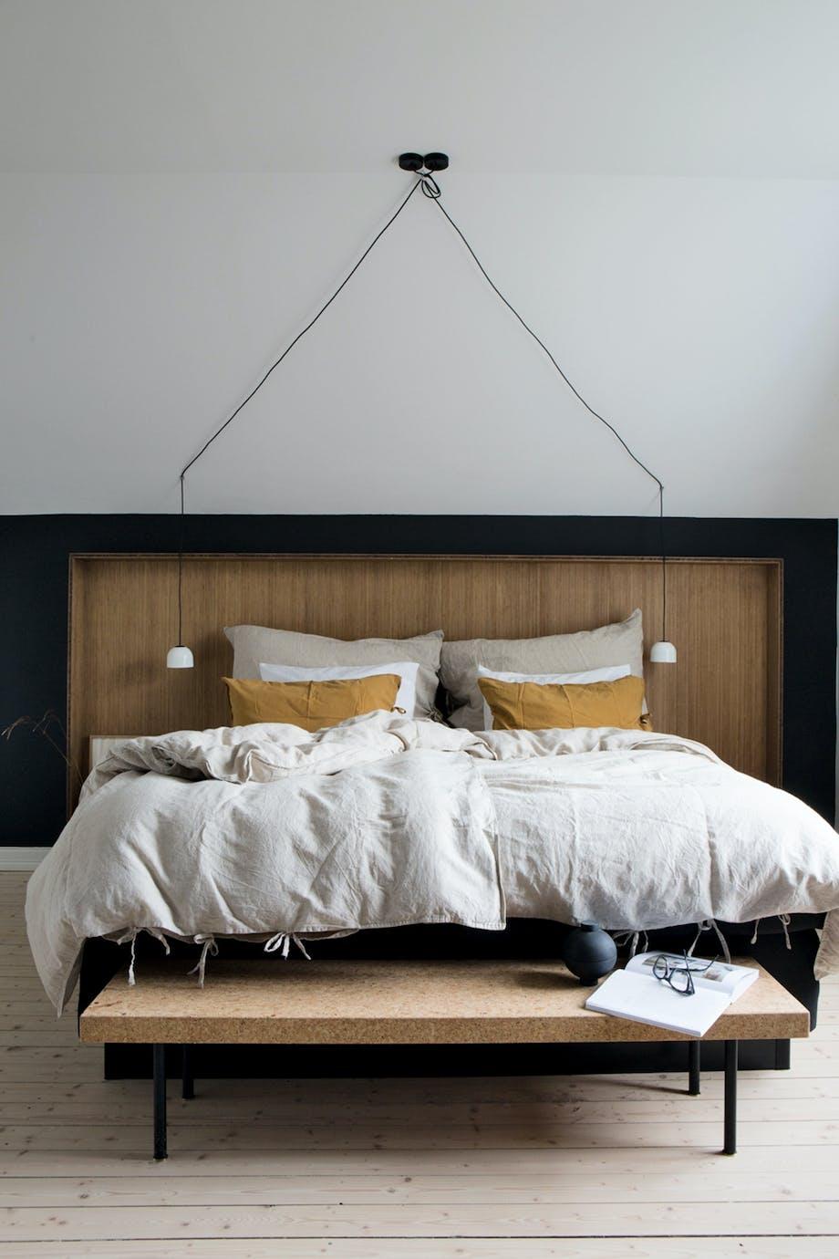 Kontraster i soveværelse karrygul seng kork