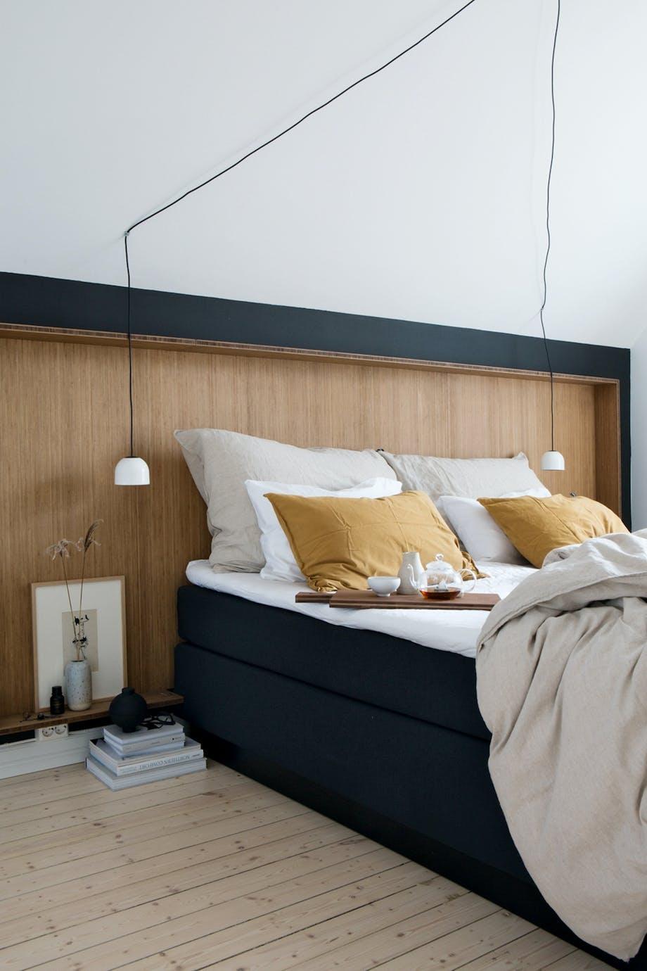 Soveværelse Bambus sengegavl karrygul lampe