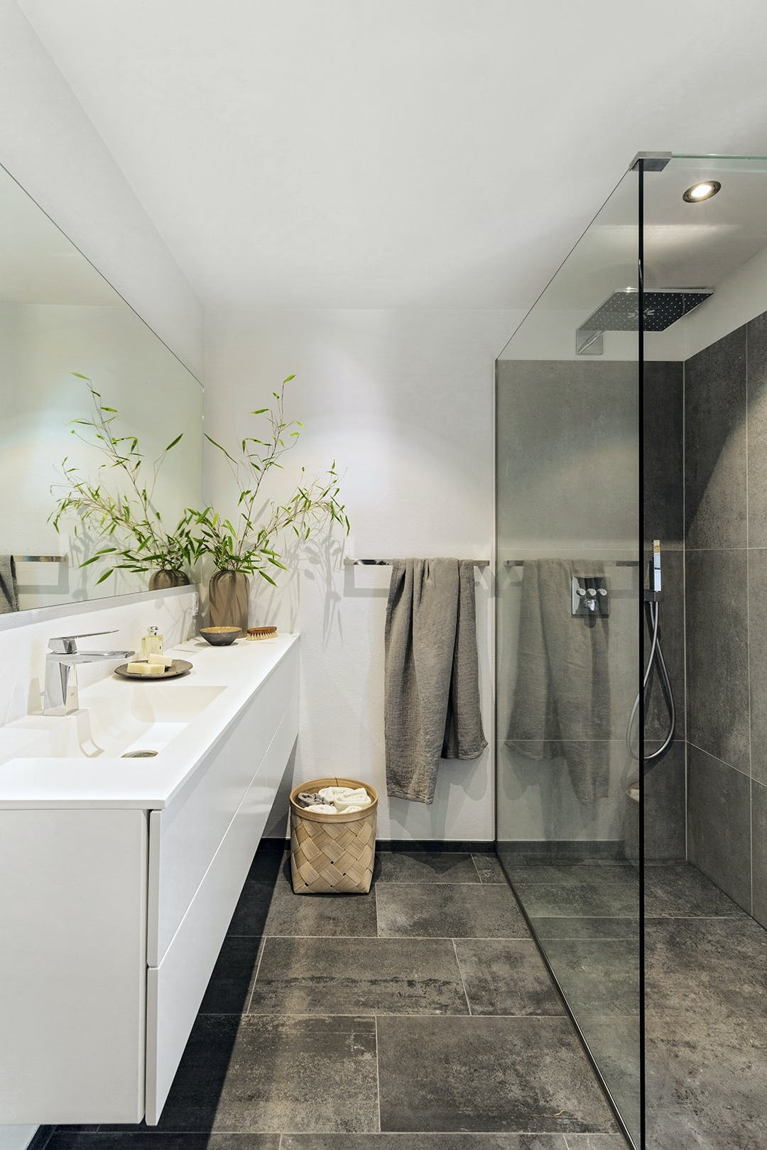 Badeværelse i grå nuancer