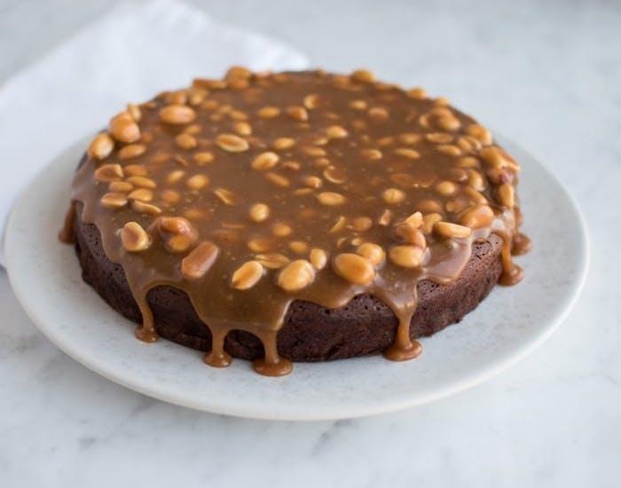 chokoladekage med karamel og peanuts