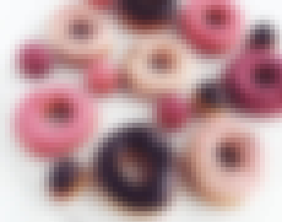 Doughnuts med glasur og cremet fyld