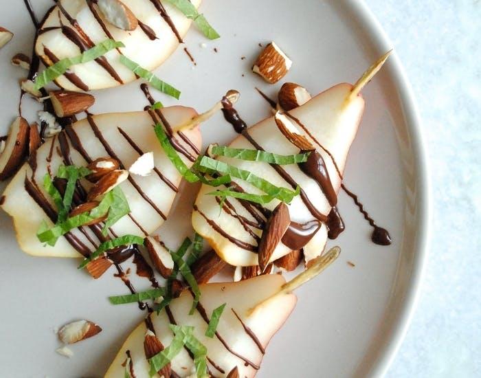 Pærer med ristede mandler, chokolade og mynte