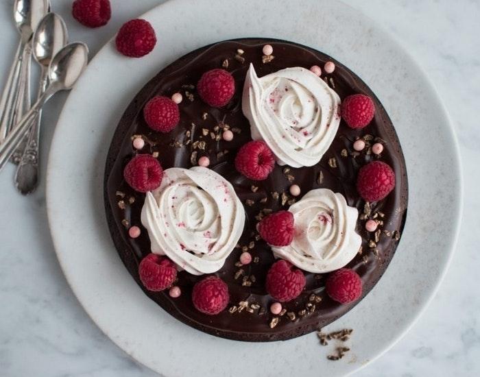Festlig kage med chokolade og marengs