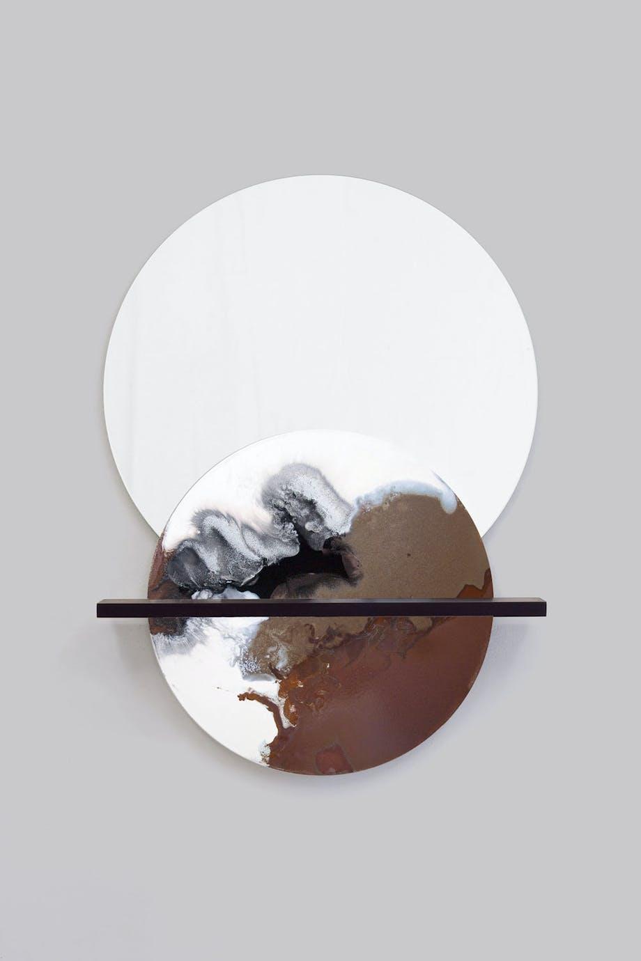 Pynt til veggen av speil, keramikk med marmorert glasur og trehylle.