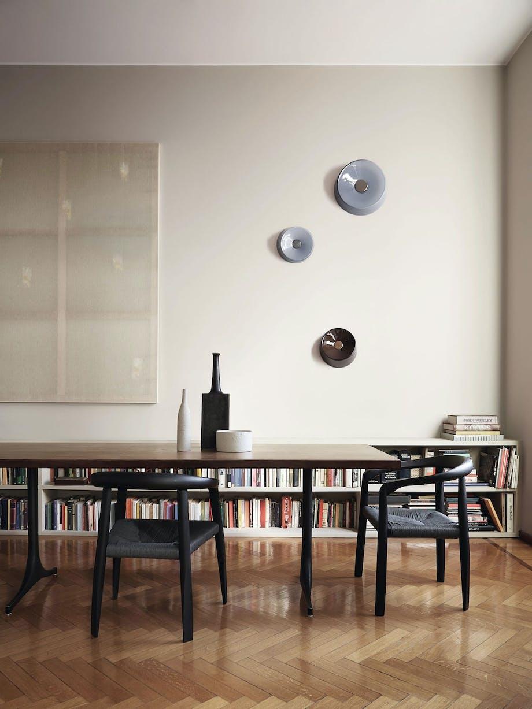 Små, runde lamper til veggen.