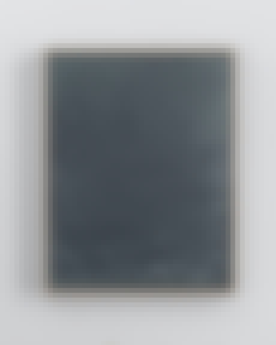 Bilde i brent leire med lys treramme.