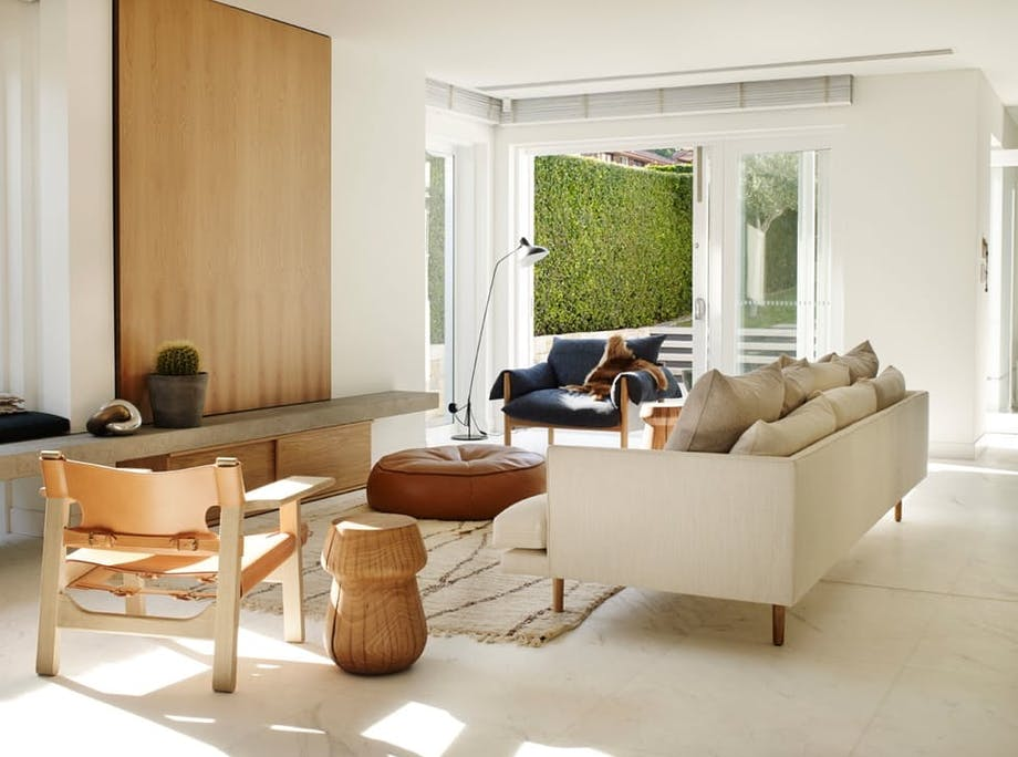 Myk opp et hvitt rom med tre