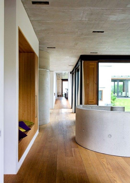 Alle gulv, dører og fast inventar i funkishuset er laget i eik.