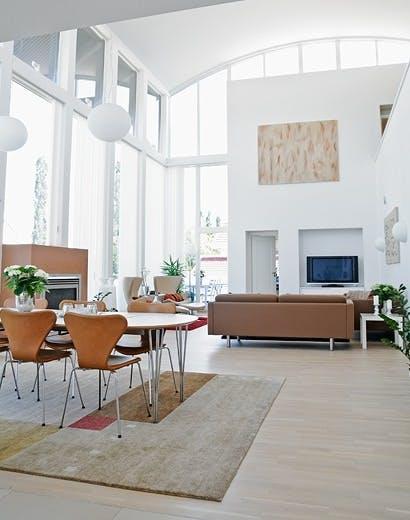 Stuen og spisestuen er en åpen løsning med full takhøyde.
