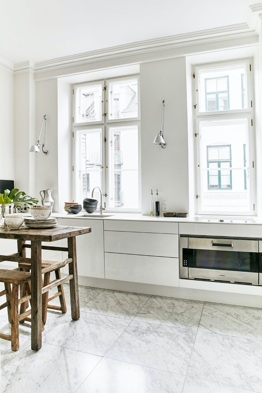 Kjølig marmor, varmt tre